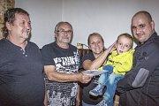 Vladimír a Zbyněk Mrkvičkovi předali nemocnému Míšovi 15 tisíc korun.