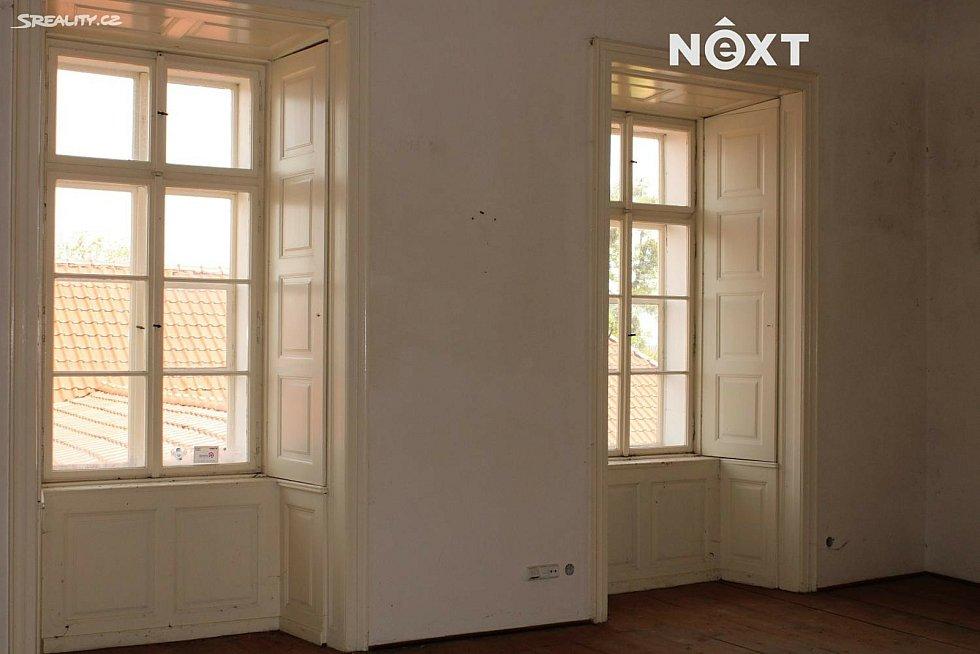 Podle realitní kanceláře není interiér zámku tak špatný jako pohled zvenku.