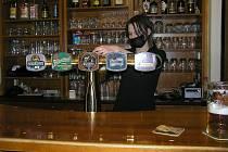 Poslední pivo nebo poslední kávu si mohli hosté na Vysočině dát ve čtvrtek do osmi hodin večer.