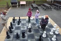 Šachovnice na zemi.