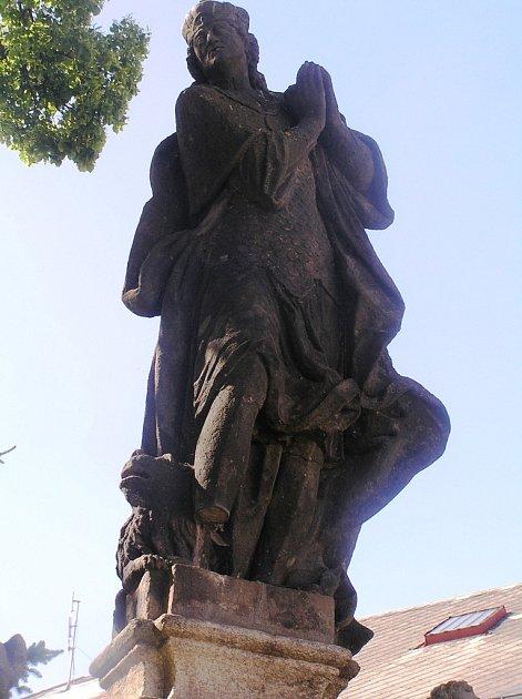 Socha sv. Václava na Bechyňově náměstí přežila dvě světové války, ale ne řádění vandalů.