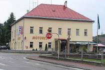 V dlouhodobém horizontu se jeví jako nejlepší řešení dopravní situace na křižovatce U Lázničů světelná signalizace.