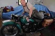 Velká láska. V Ondráčkovic kovárně ve Vysokém u Žďáru nad Sázavou stojí vzácný půllitr anglické značky BSA. Karel Ondráček starší, značně ojetou motorku koupil na inzerát až v Indii. Vzácnému stroji vrátil dech i krásu.