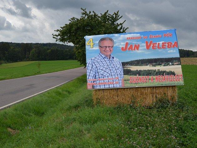 Podobné bilboardy Jana Veleby jsou na mnoha místech Havlíčkobrodska a Chrudimska.