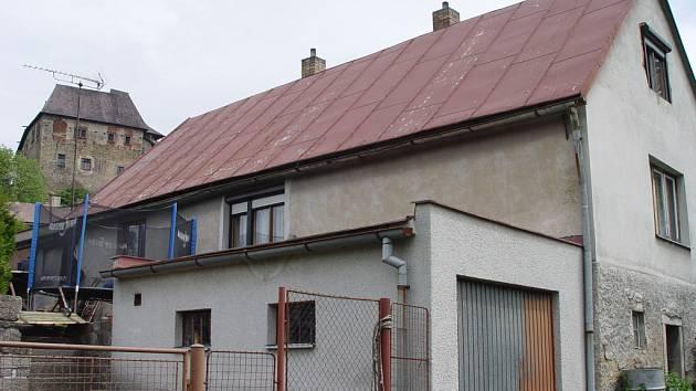 V tomto domku v Lipnici nad Sázavou se pokusil muž zabít svou manželku, následně utekl.
