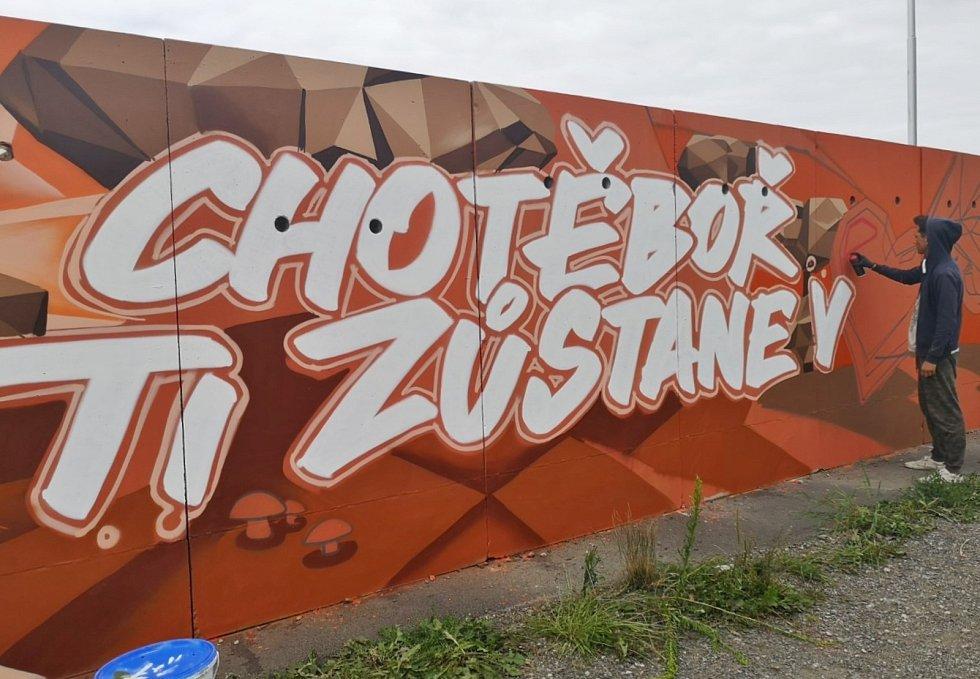 Zeď Technické a lesní správy Chotěboř ozdobili sprejeři.