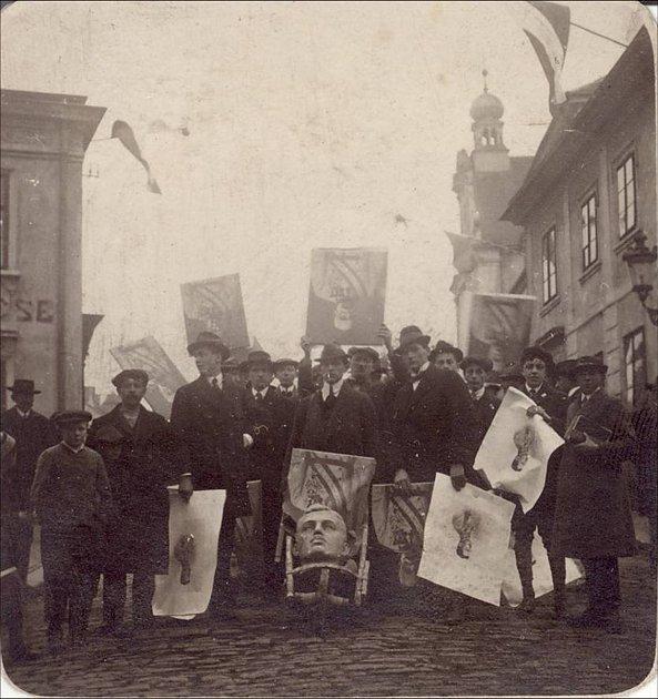 Lidé vNěmeckém Brodě zničili bustu ubarákové kolonie a hlavu císaře Karla I. Rakouského hodili do Sázavy.