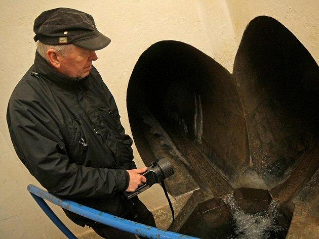 """Tajemství podzemí. Proč je pitná voda z Podmoklan  kvalitní? Jedná se o vodu z podzemních zdrojů. """"Někdy ale může být problém s její vyšší tvrdostí,""""   vysvětluje Antonín Samek, náměstek ředitele akciové společnosti VaK Havlíčkův Brod."""