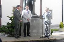 Ocenění. Za dvacet let práce pro LDO získal ředitel Jiří Svoboda (vlevo) čestný titul vrchní lesní rada.