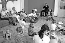 Maminkám a dětem ve Zvonečku zahrálo pro dobrou náladu folkové trio Vrabčí trh.