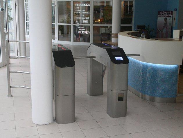 Na návštěvníky plaveckého bazénu v Brodě čeká nový odbavovací systém pomocí čipových hodinek a turniketů.
