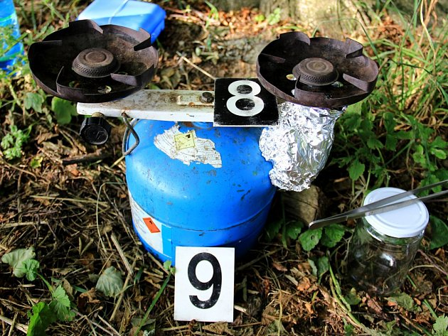 Při zátazích proti výrobcům pervitinu zajistili policisté i jejich vybavení. Příslušenství na snímcích pochází z varen, odhalených vloni v létě na Pelhřimovsku a Žďársku.