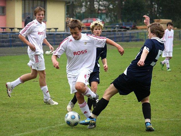 Deváté místo uhráli po podzimní části v I. lize brodští starší žáci U15 (v bílém).