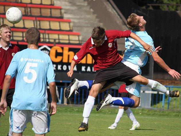 Starší dorostenci brodského Slovanu (v tmavém) těsně přehráli Břeclav. Podobně si vedli i jejich mladší kolegové, kteří díky gólům Heneka vyhráli 2:1.