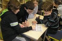 Žáky sedmé třídy ZŠ Wolkerova tvorba komiksů bavila a nápady jen hýřili.