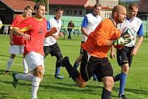 Hrdinou utkání byl v derby se Ždírcem nad Doubravou přibyslavský gólman Oldřich Uhlíř (na snímku), který vychytal nulu, stejně jako jeho ždírecký kolega Stanislav Pometlo. Ten si dokonce připsal třetí nulu v řadě, ale remíza je pro jeho tým ztráta.