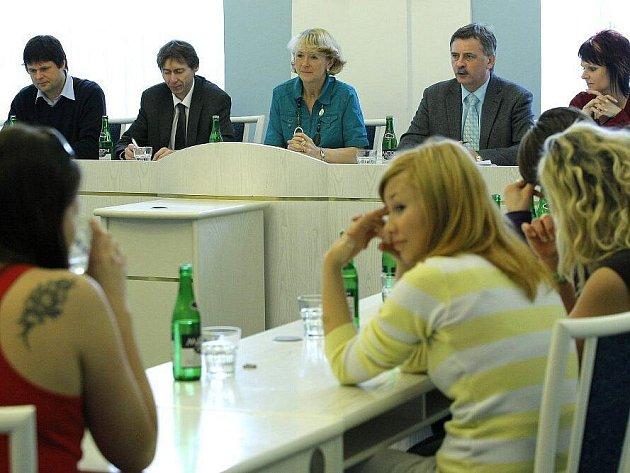 Žáci Základní školy Wolkerova v Havlíčkově Brodě se sešli s vedením města. Diskutovali s nimi o celé řadě otázek. Zkusili si i rozpravu nad konkrétním návrhem stavby prodejního centra, nechybělo ani hlasování.