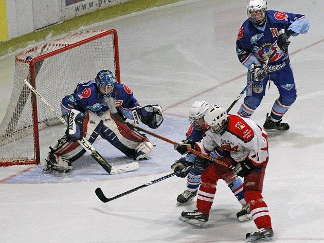 Extraligoví dorostenci Havlíčkova Brodu (ve světlém) si připsali ze dvou zápasů dva body, Chomutovu podlehli v prodloužení, Litvínov vyhrál až na samostatné nájezdy.