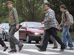 Chodci by měli být ohleduplní a přecházet tak, aby provoz zbytečně nezpomalovali.