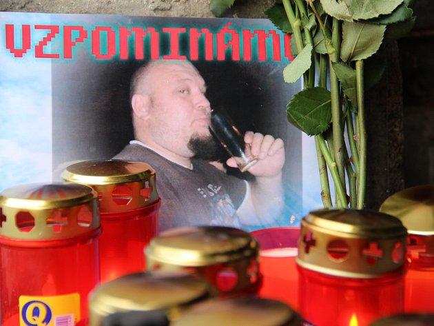 Pieta. Před diskotékou Sahara v Moravských Budějovicích, kde byl o víkendu zavražděn Martin Vavrečka, vzniklo pietní místo.