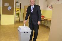 Jan Tecl vhazuje v pátek 12. října odpoledne lístek do volební urny. Druhý den se dozvěděl, že se stává senátorem.