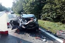 Při vážné nehodě dvě osoby zemřely, tři se těžce zranily a nejméně dvě další utrpěly lehké zranění.