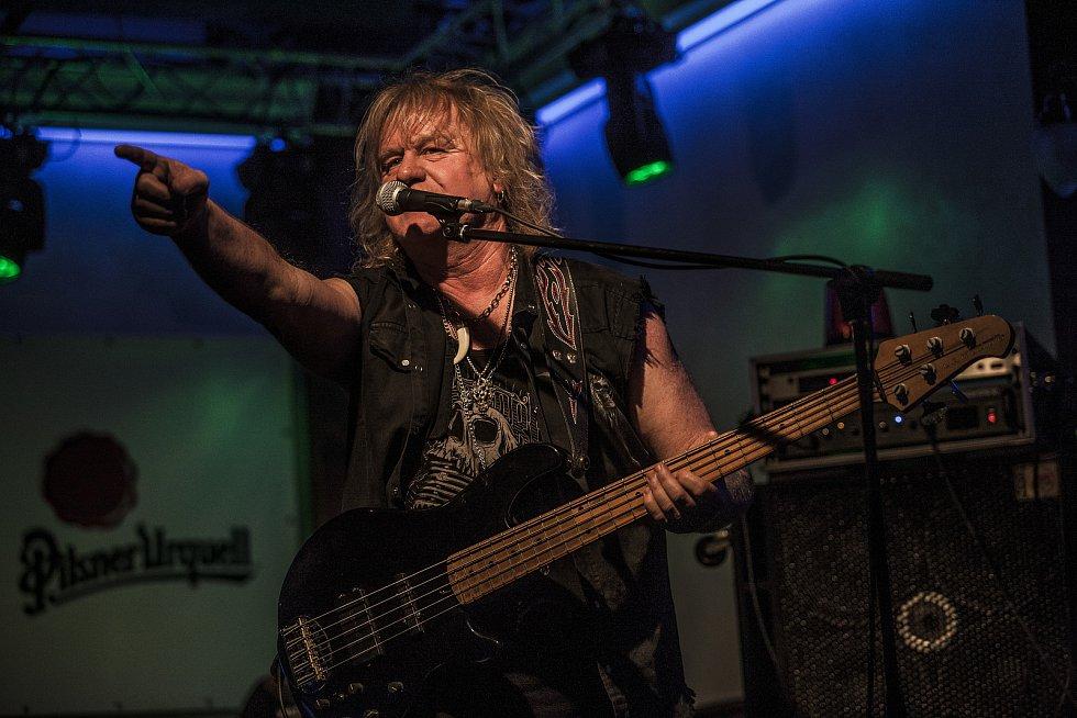 Baskytarista Milan Libich dokonale napodobil Uda Dirkschneidera z kapely Accept, když odzpíval jejich legendární skladbu Metal Heart.