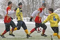 Ždírečtí fotbalisté (v červenobílých dresech) se utkají s účastníkem divize C Kolínem. Zápas je naplánován na 11 hodin na umělé trávě v Kolíně.