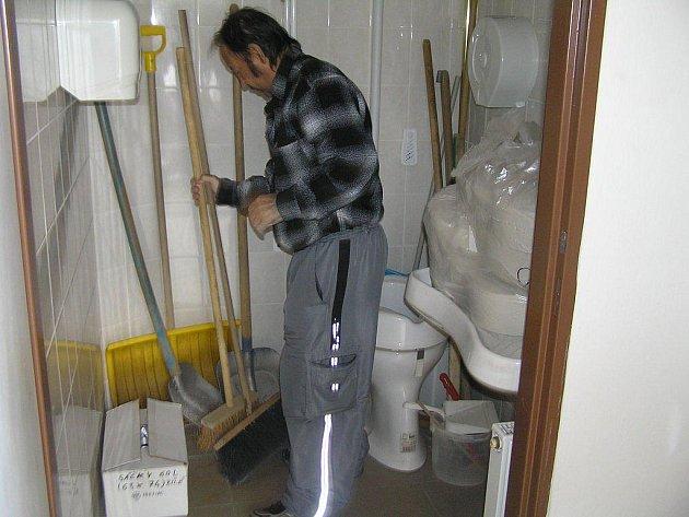 Když si imobilní klienti potřebovali zajít na veřejné WC v Havlíčkově Brodě, měli smůlu. Oná místnost sloužila totiž jako skladiště.