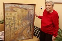 """Pokoj Anny Sobotkové v domě, který byl v květnu 1945 vybombardován a ona ho s manželem znovu postavila, skrývá malou galerii obrazů akademického malíře Vlastimila Tomana z Třebíče. """"Jeho výtvarné umění mám ráda,"""" říká."""