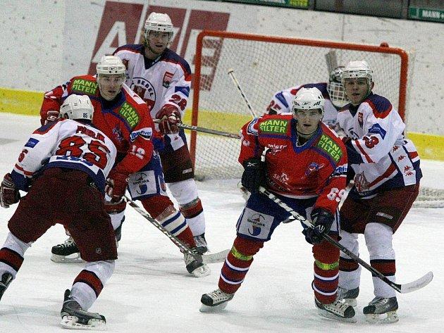 Ve středečním derby se utká Havlíčkův Brod s hokejisty Třebíče. Především borci z Kotliny potřebují sbírat body jako sůl. Stále totiž nemají jistotu účasti v play off. Na třináctý Beroun má náskok pouhých pěti bodů.