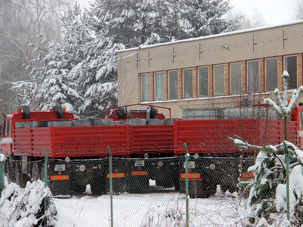 V areálu někdejší cihelny u Stojčína na Pelhřimovsku našli policisté více než milion a dvě stě tisíc litrů nezdaněného kvalitního lihu. Správcem areálu měl být spolupracující obžalovaný Lubomír Kaláč.