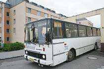 Autobus s vězeňkyněmi odjíždí ze Světlé nad Sázavou do firem, kde ženy pracují.