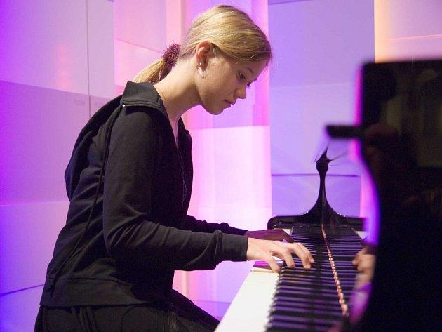 Patnáctiletá nadaná Bára Handzušová si bez klavíru neumí život představit. V kavárně u kapučína je ale úplně normální dívkou. Když vyprávěla o koncertech a každodenním cvičení, ustávaly v hovoru dvě starší dámy u našeho stolu a zaujatě nás poslouchaly.