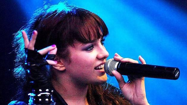 Zpěvačka Ewa Farna uchvátila nejen tisíce mladých posluchačů. Svědčí o tom jedna cena za druhou, které v poslední době sbírá. Například na konci listopadu získala v anketě Český slavík 2009 třetí místo.
