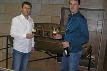 Vedoucí obchodu havlíčkobrodského pivovaru Petr Sysel a sládek Pavel Pilař (vpravo)