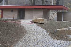 Od té doby, co byl moderní kiosek v parku postaven, je prázdný.