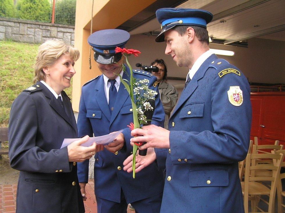 Téměř polovinu hasičského sboru dospělých tvoří ženy. Čestné uznání za aktivní práci v hasičském sboru si odnesla Hana Čermáková.