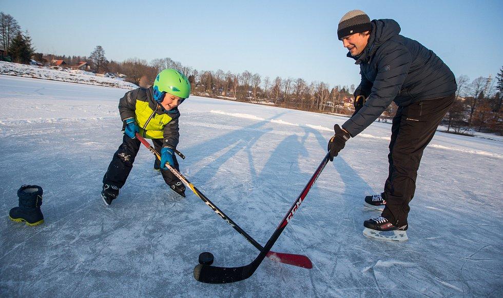 Bruslení na zamrzlém rybníku Cihlář v Havlíčkově Brodě.