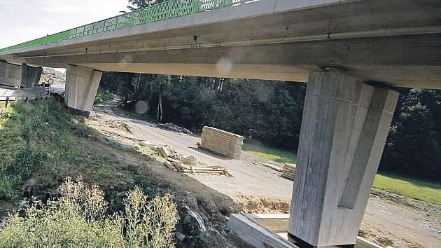Vlastní těleso mostu u Květinova vytvoří monolitický přepjatý nosník o šesti polích. Jeho délka dosáhne 160 metrů.