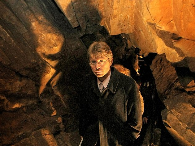 Hejtman navštívil Ledeč nad Sázavou. Kromě  prohlídky radnice, náměstí a návštěvy středních škol si Vystrčil nenechal ujít ani unikátní jeskyni pod Šeptouchovskou skálou.