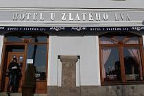 Podloubí. Důkazů o existenci tohoto architektonického prvku na Havlíčkově náměstí je hned několik. Například pozůstatek sloupu ve fasádě hotelu U zlatého lva.