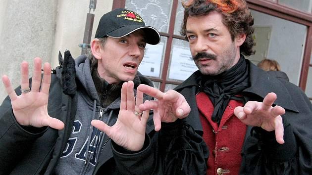 Na hradě v Ledči jsou již od minulého týdne filmaři, kteří tam natáčí pokračování úspěšné české pohádky Anděl Páně. Film má na starosti opět režisér Jiří Strach (vlevo). Filmaři mají pronajatý hrad až do neděle. Následně se přesunou do Českého Krumlova.