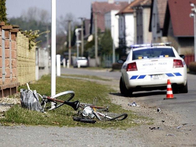 Srážka ničím nechráněného cyklisty s autem končí často vážným zraněním.