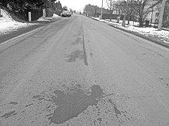 Krvavé stopy. Pobodaný mladík stačil ještě vyběhnout před dům na silnici, kde vykrvácel.