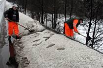 Úklid sněhu, údržba veřejných prostranství, kterou dnes provádějí buď cestáři nebo dělníci technických služeb. To by měla být podle Ministerstva práce a sociálních věcí šance pro nezaměstnané ukázat, že opravdu o práci stojí.