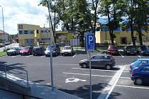 Nové parkoviště. Tomu starému zaměstnanci i pacienti nemocnice žertem přezdívali tankodrom. Současnost vypadá jinak.