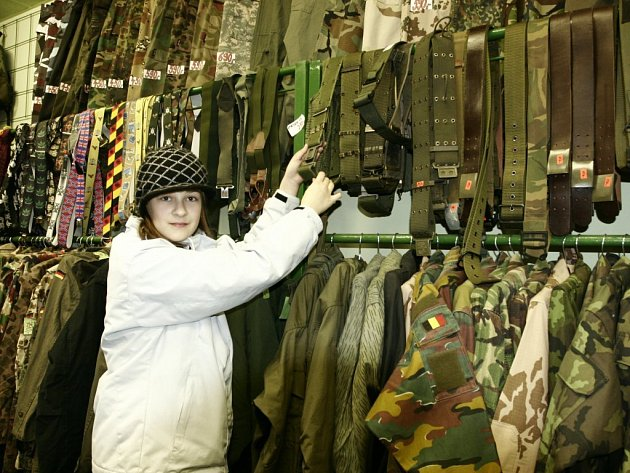 Nejnovějším trendem jsou dárky z vojenského obchodu. Nejvíc prý letí helmy, pásky, bundy i nože.