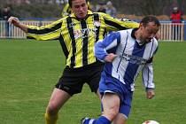 Náskok si vytvořili fotbalisté Chotěboře (ve žlutočerném) na tři body před deruho Světlou nad Sázavou, která prohrála tradičně na pelhřimovské rezervě.