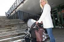 Žena s kočárkem? Pro některé zaměstnavatele je to automaticky důvod k tomu, aby matku do pracovního poměru nepřijali. Ilustrační foto.